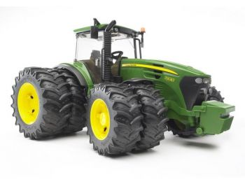 Bruder Traktor John Deere 7930 z dvojnimi gumami 03052